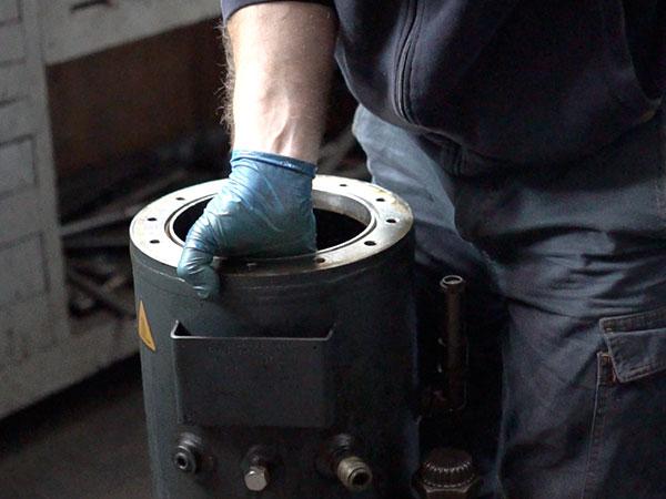 Tecnico-per-la-manutenzione-del-compressore